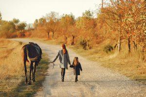 רכיבה על סוסים ילדים
